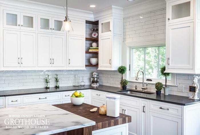 foto de cocina estilo americano en blanco con armarios blancos con ventana pequeña