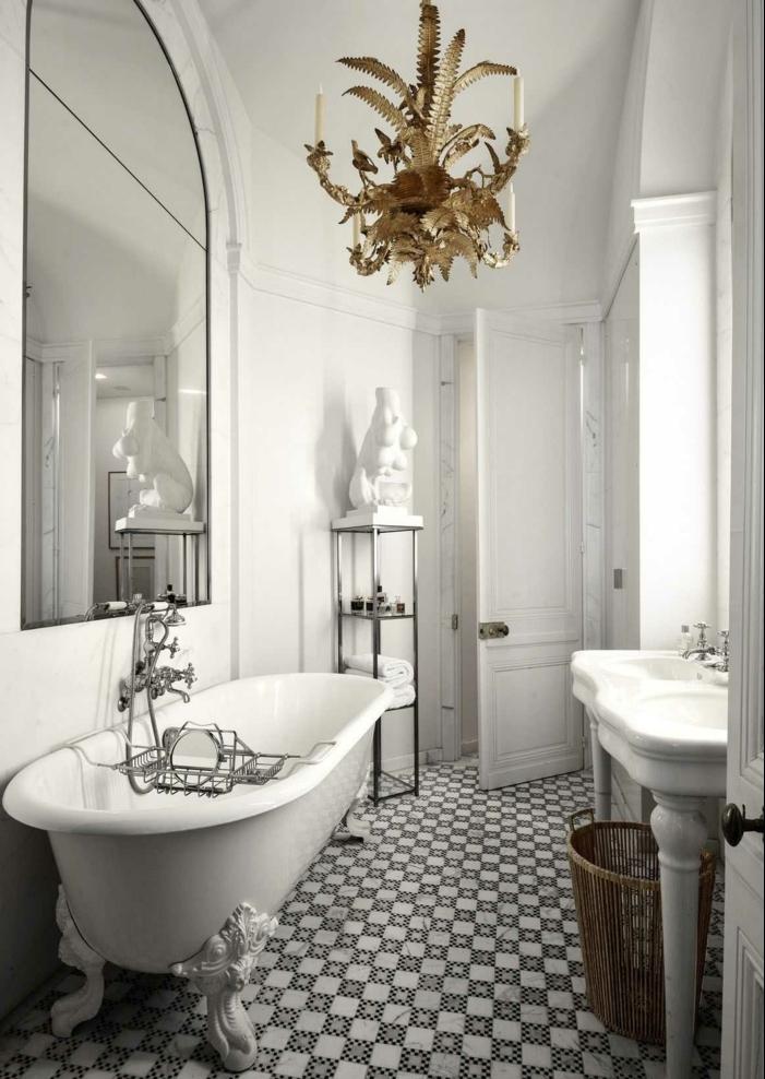 baños blancos decorados en estilo vintage, candelabro vintage en dorado, bañera exenta patas garra y grande espejo