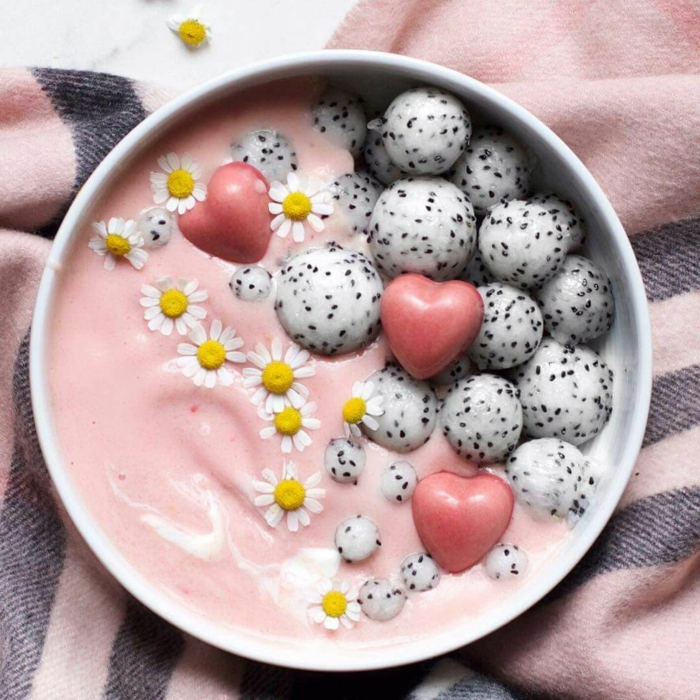 ideas de desayunos fitness, batido con yogur, fresas y caramelos de forma original, que comer hoy ideas