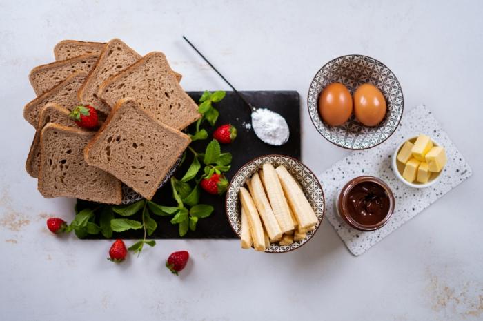 pasos para hacer postres faciles y rapidos en 10 minutos, tostadas francesas con chocolate, plátanos y crema de chocolate
