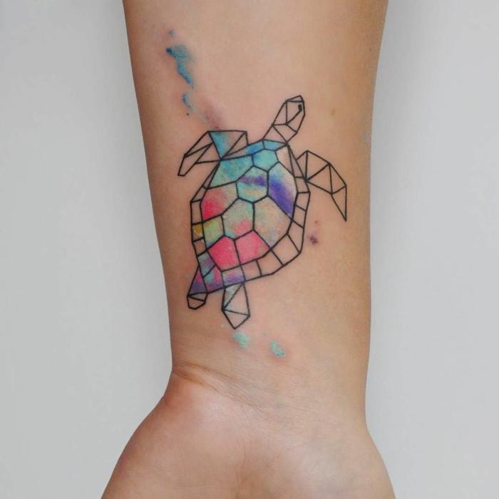 tortuga colorida pinturas acuarelas, pequeño detalle tatuado en la muñeca, tatuajes geométricos originales