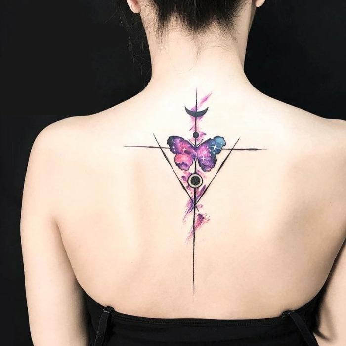 tatuaje con pintura acuarela en colores fríos, tatuajes triangulo con alto significado, ideas tatuajes mujer