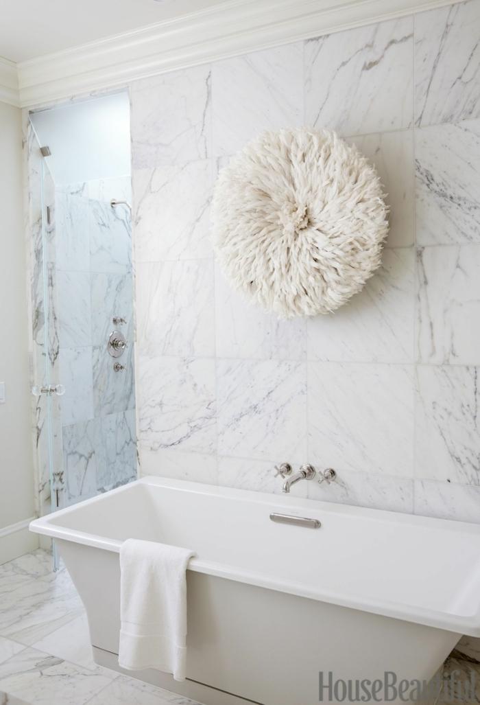 decoración moderna de baños blancos, precioso detalles decorativo en la pared, azulejos mármol en blanco