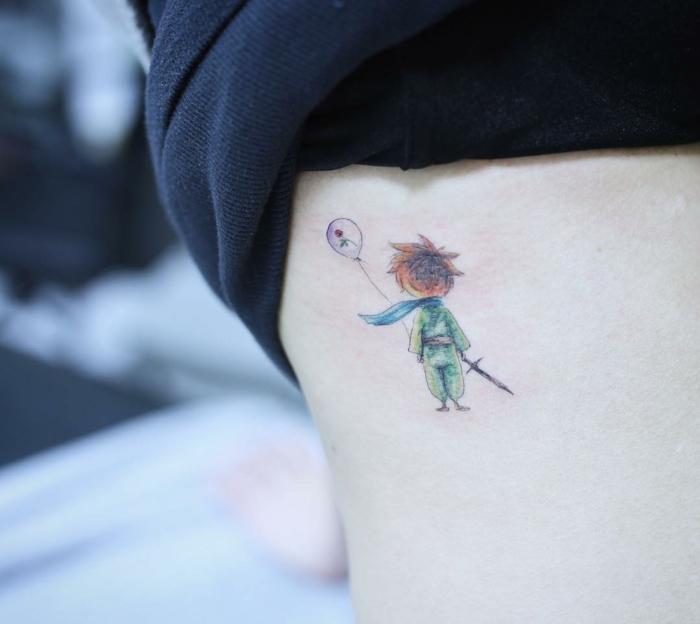 ideas de tatuajes finos para mujer inspirados en los libros, dibujo colorido del El principito en el costado