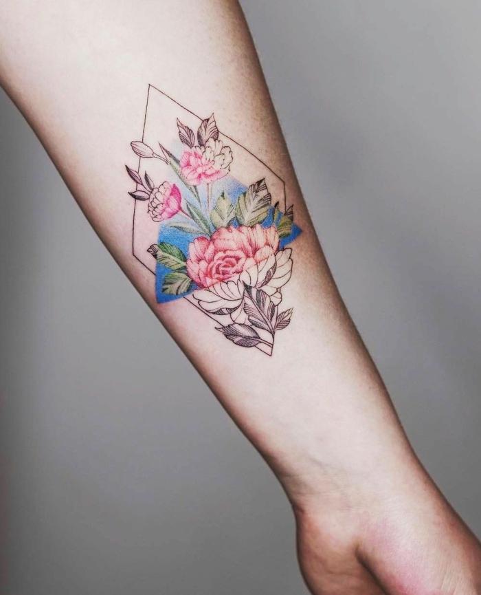 diseño muy original de tatuajes geometricos con elementos florales, precioso tatuaje con significado