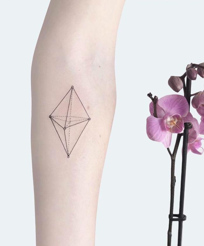 ideas de tatuajes geometricos, precioso tatuaje de diseño minimalista en el antebrazo en forma de pirámide
