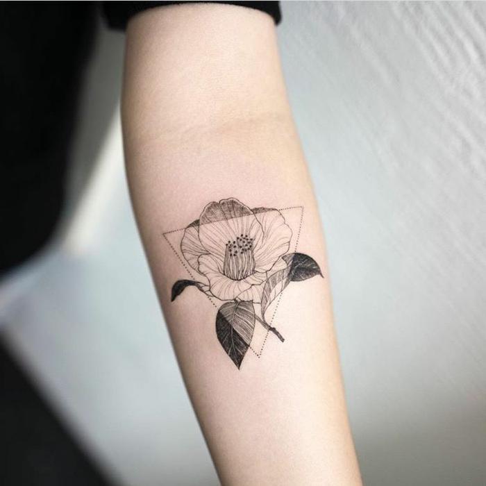 tatuajes geometricos de encanto, precioso diseño con un triangulo y bonita flor en el antebrazo