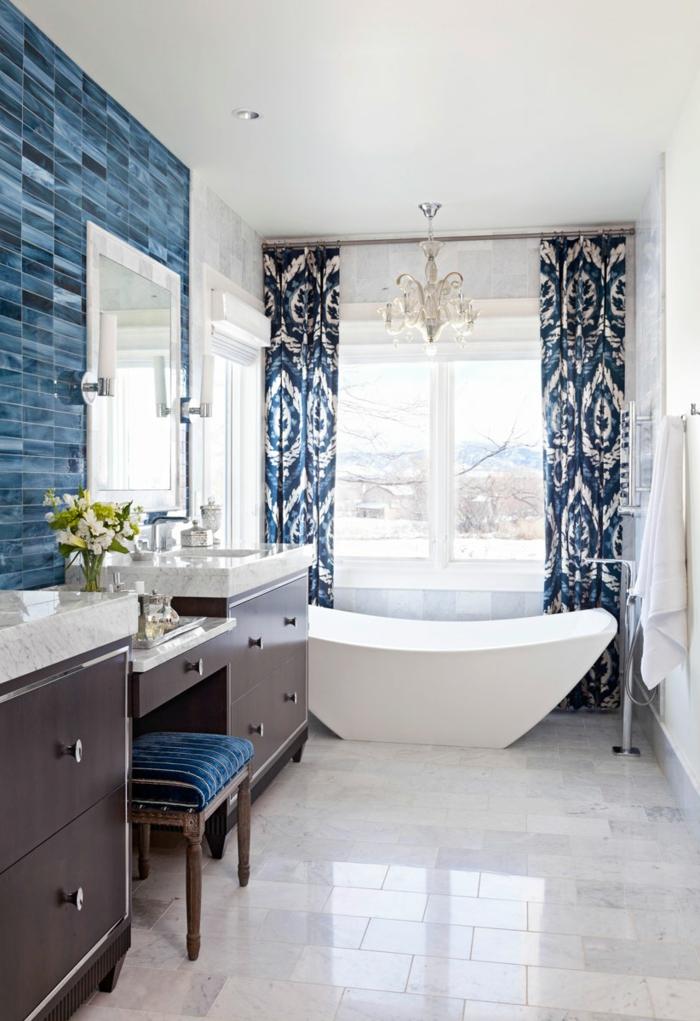 baños modernos decorados en blanco y azul, paredes con azulejos en azul y cortinas ornamentadas motivos florales