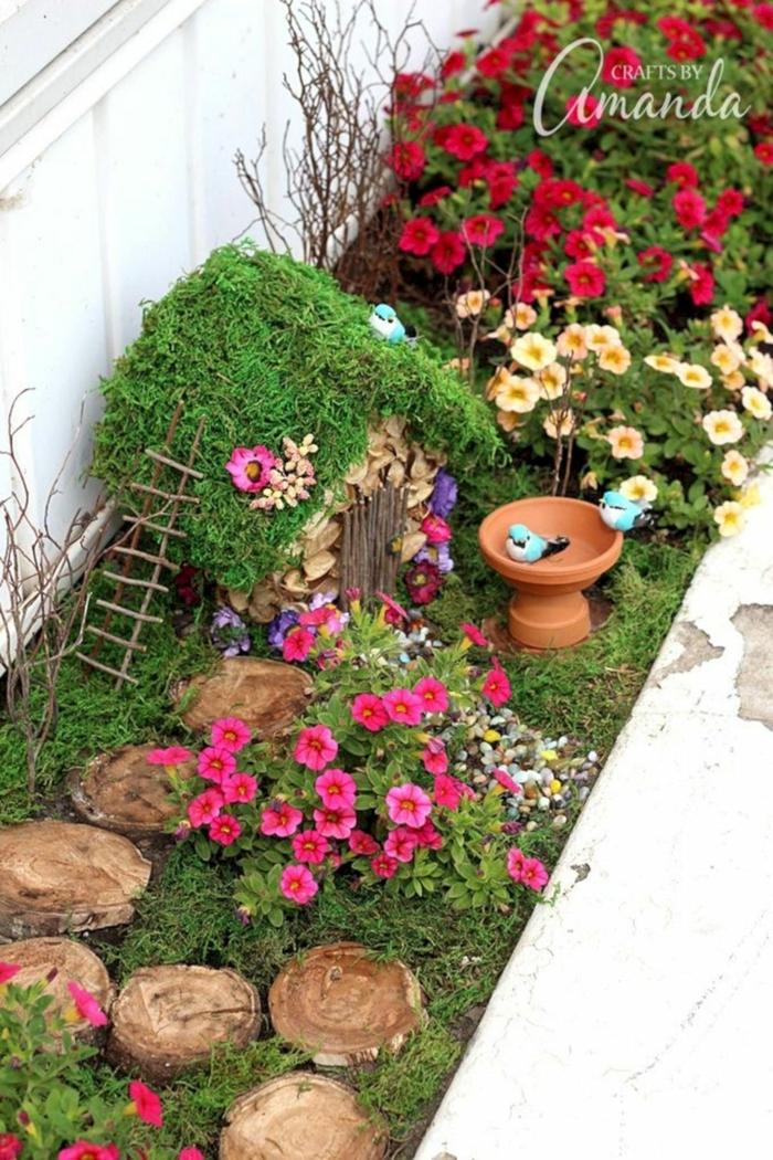 decoracion de jardines pequeños con encanto, ideas de maravilla, pequeña casita decorativa, flores coloridas