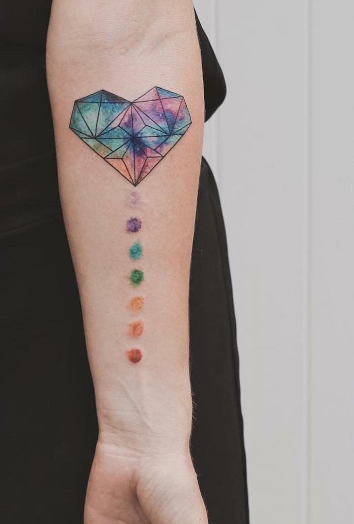 ideas de tatuajes geométricos con pintura acuarela, precioso corazon diamente en los colores del arcoiris