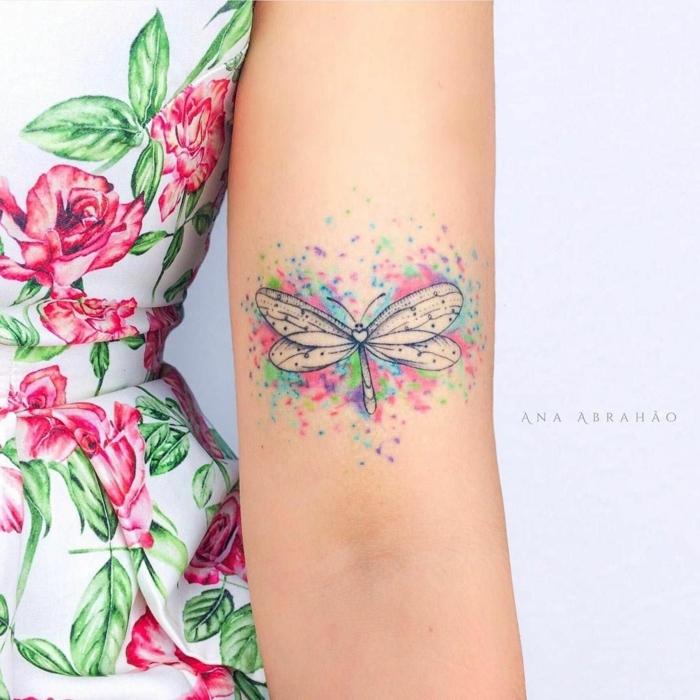 tatuajes en el brazo pequeños en acuarela, preciosa libélula en colores pastel, diseños de encanto femeninos