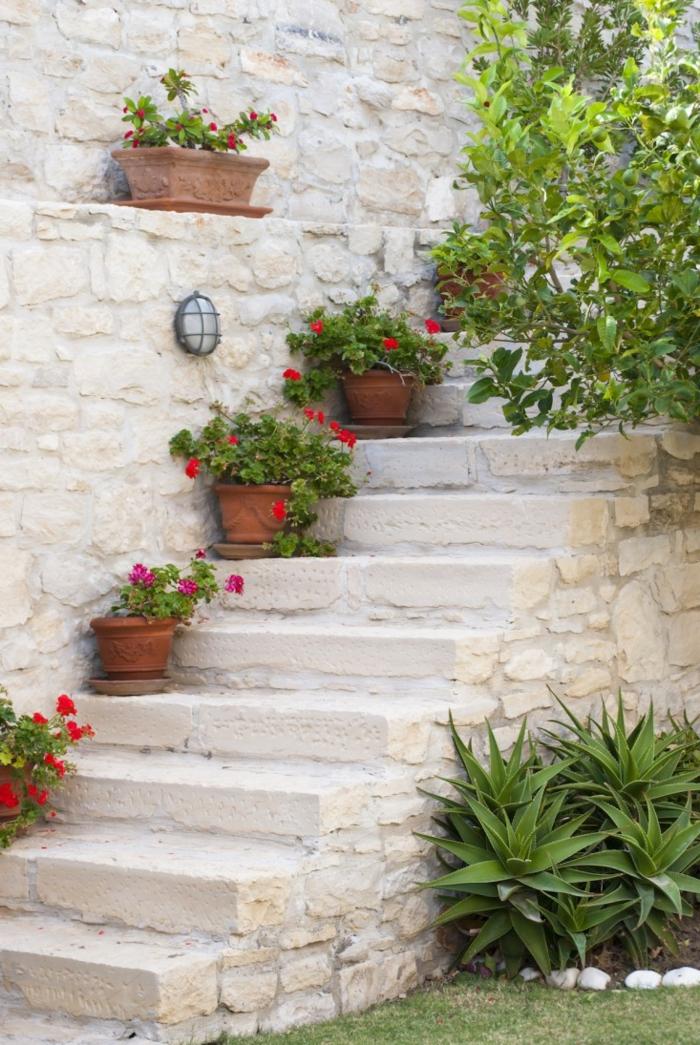 decoracion de jardines en estilo mediterráneo, paredes y escaleras de piedra, macetas con pelargoniums