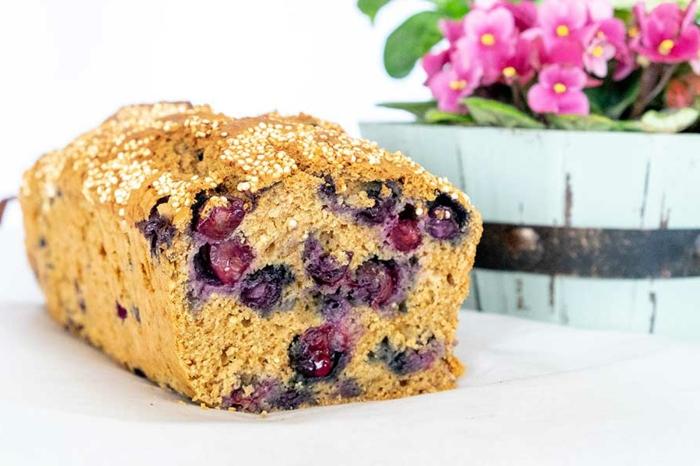 desayuno dieta, pan dulce sin gluten con cerezas frescas, ideas de postres y desayunos sin gluten