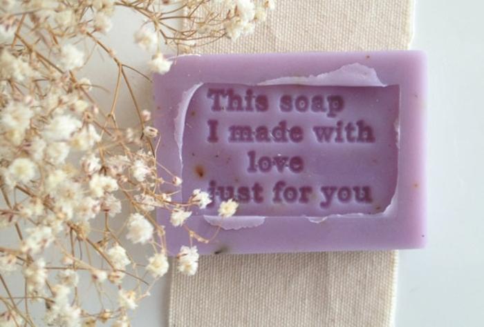 cómo hacer jabón casero con mensaje para regalar, jabón con aroma a lavanda en color lila con letras