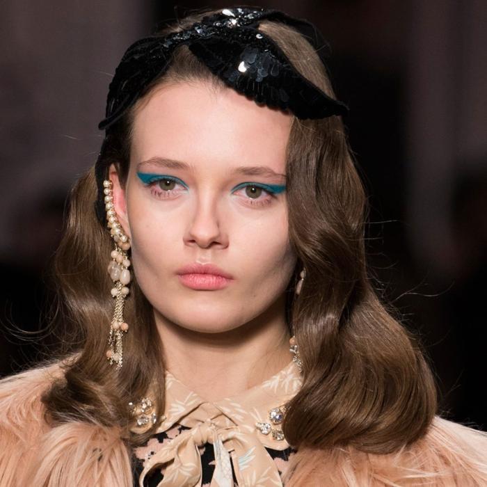 bonito peinado con ondas, media melena rizada, cabello color avellana ondulado, muchos accesorios originales