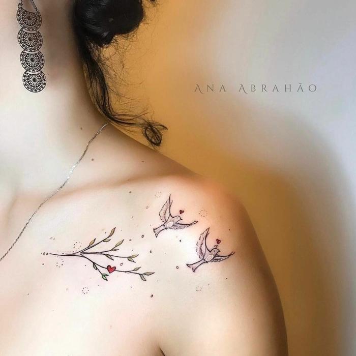 tatuajes simbolicos que simbolizan amor, dos palomas en pleno vuelo, detalles elementos florales, corazones