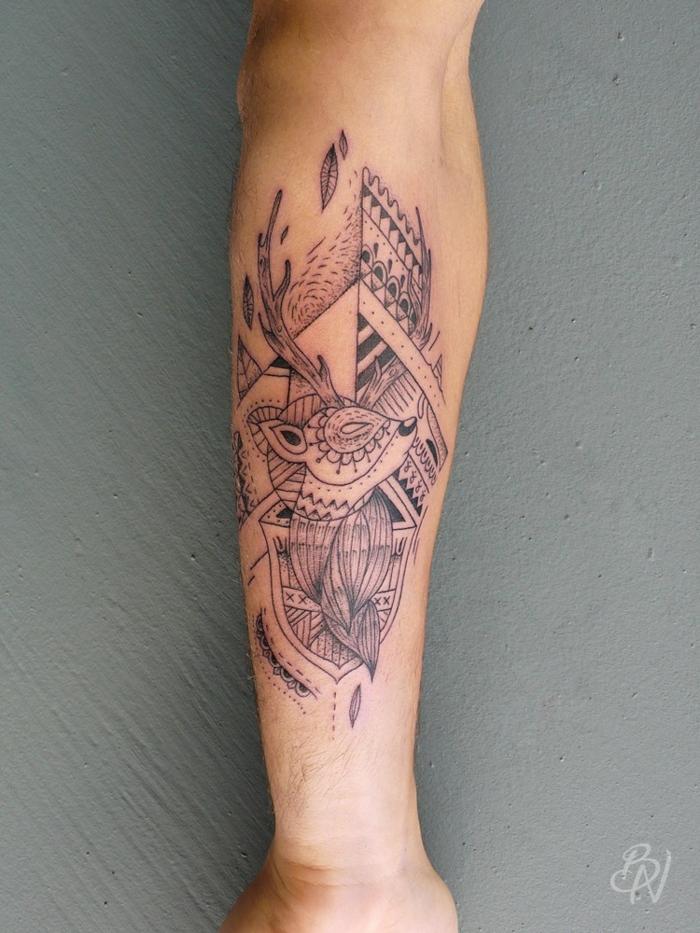 tatuajes simbólicos con animales, tatuaje maori con pequeño ciervo, diseños con significado