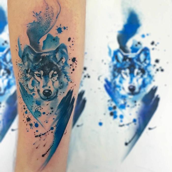 tatuajes simbolicos con lobos, símbolo de fuerza y fuerte carácter, tatuaje con pintura acrílica en azul, significado de tatuajes para mujeres