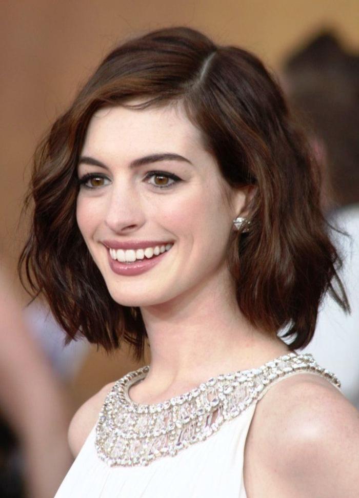 Anne Hathaway con un look bonito, cortes de pelo media melena, pelo castaño con mechas chocolate