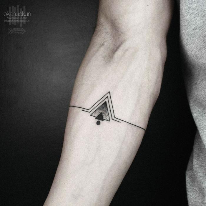 tatuajes minimalista hombre en el antebrazo, tatuajes geométricos de encanto, diseños con significado