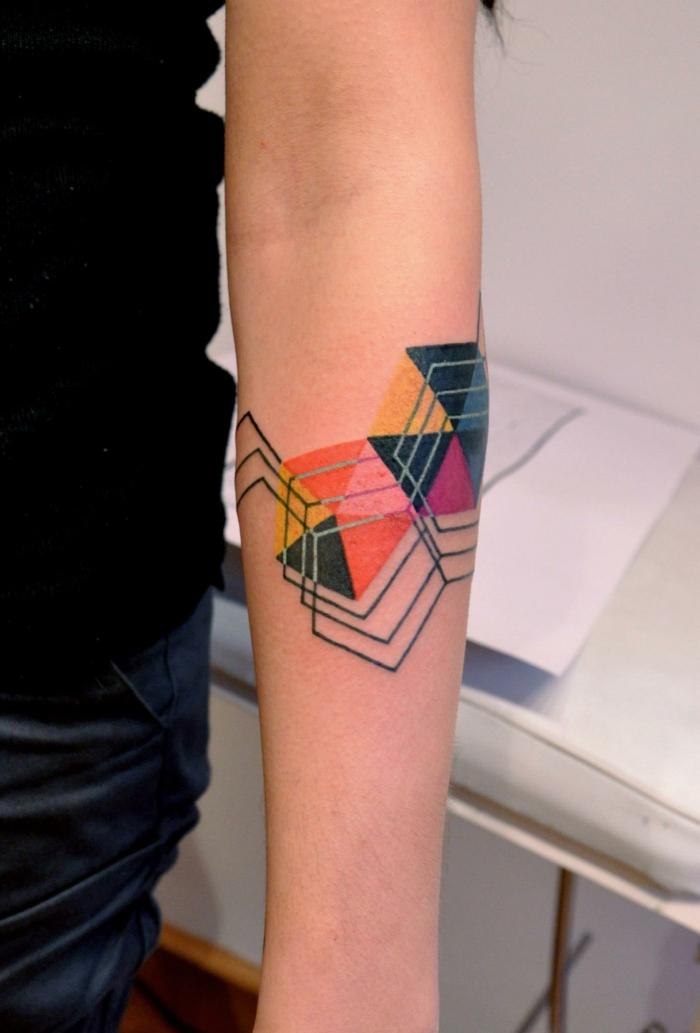 diseño colorido en el antebrazo, tatuajes geométricos para hombres y mujeres, últimas tendencias