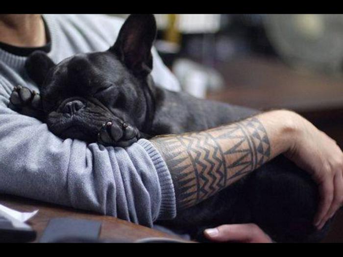 brazo entero tatuado con simbolos tribales, ideas de tatuajes geométricos para hombres y mujeres