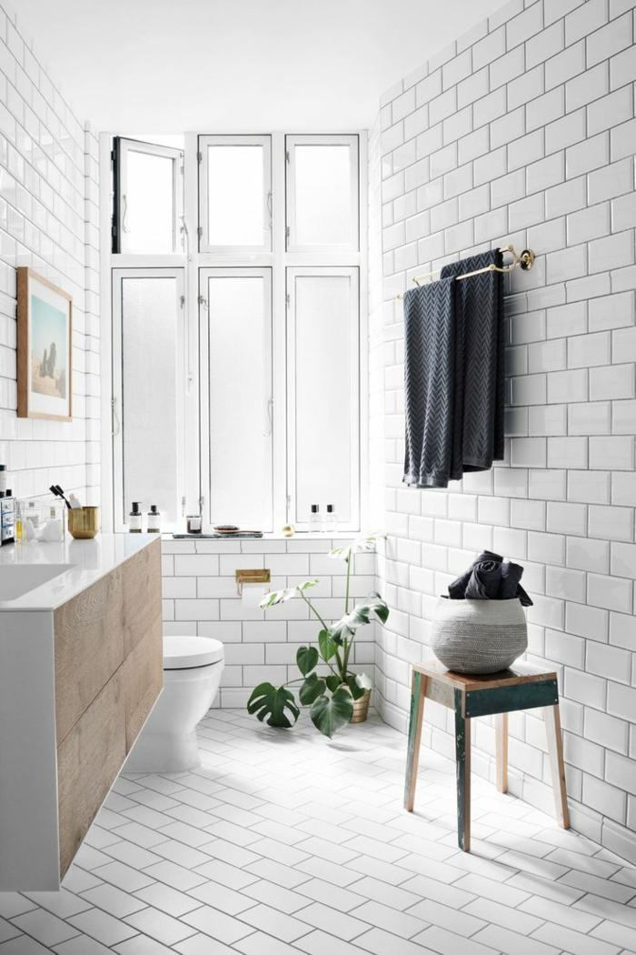 preciosos baños modernos decorados con azulejos que imitan ladrillos, decoración de plantas verdes