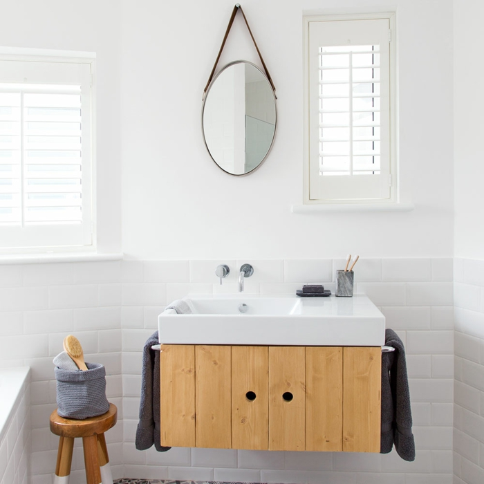 baños blancos baños modernos decorados según las últimas tendencias 2018, detalles de madera y espejo colgante moderno