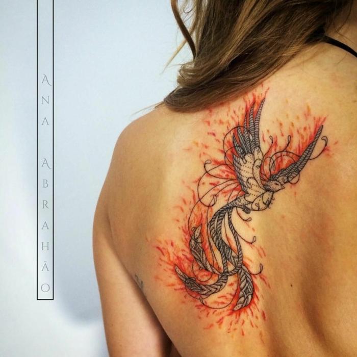 precioso tatuaje simbolo de fuerza, ave fénix en color rojo, símbolo de la vida y la fuerza