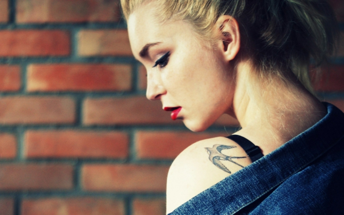 tatuajes pequeños mujer, precioso ave en vuelo tatuado en el hombro, tatuajes que simbolizan libertad