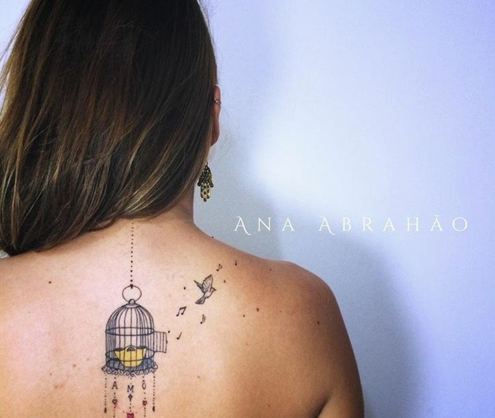 ideas para tatuajes con significado que significan libertad, ave escapando de una jaula de pajaro