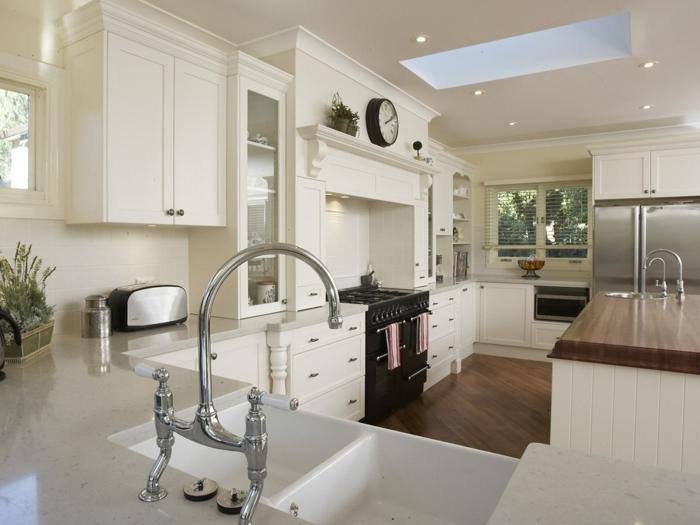 cocina moderna en color beige con ventana con persianas y suelo de parquet marron oscuro, barras de cocina