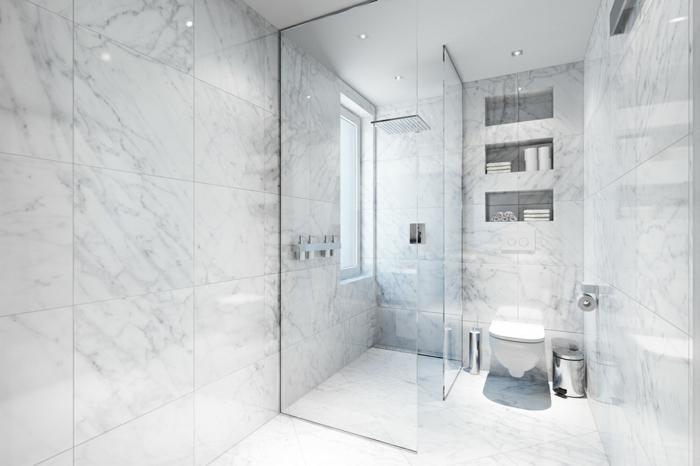 baños blancos baños modernos en mármol, cabina de ducha de cristal, luces empotradas