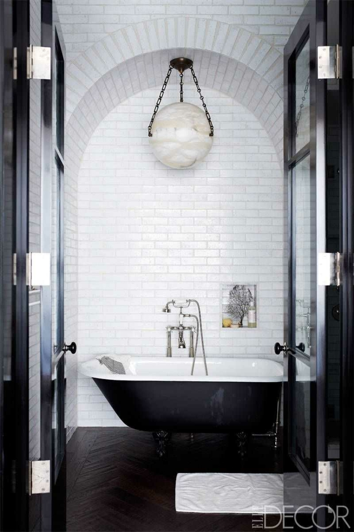 fotos de decoracion baños blanco y negro, precioso contraste de colores, suelo de parquet color oscuro, paredes de azulejos en blanco