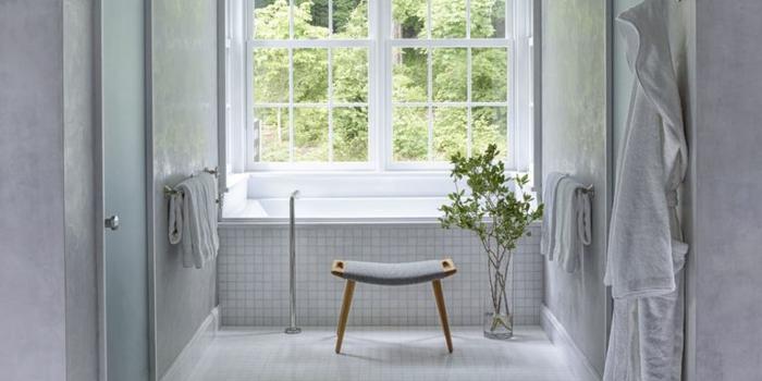 cuartos de baño modernos decorados en blanco, bañera empotrada, decoración de plantas verdes y pequeños azulejos