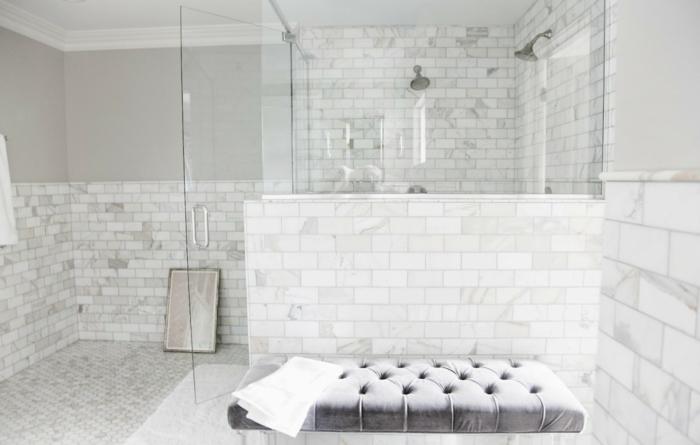 cuartos de baño modernos decorados en blanco marfil y gris, banco moderno de diseño en capitoné color gris