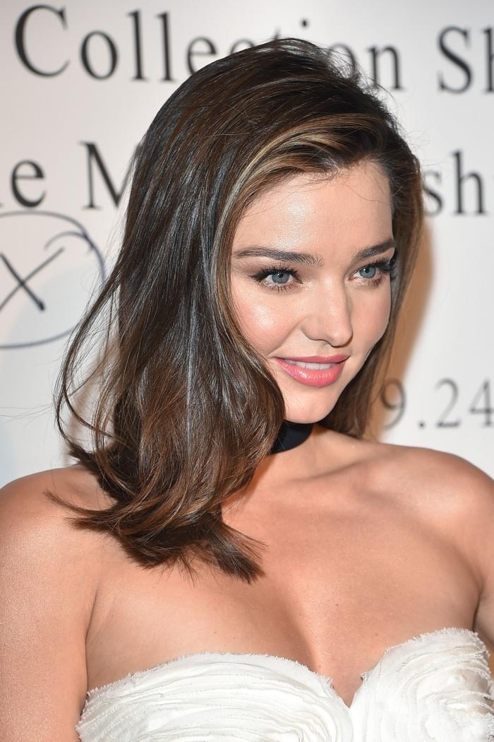 precioso peinado elegante, media melena de lado con ligeros rizos,cabello color castaño oscuro