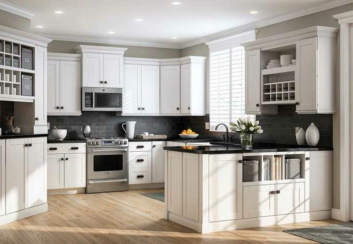 cocina en blanco con ventana con persianas en blanco, suelo de parquet en marron claro, salon cocina