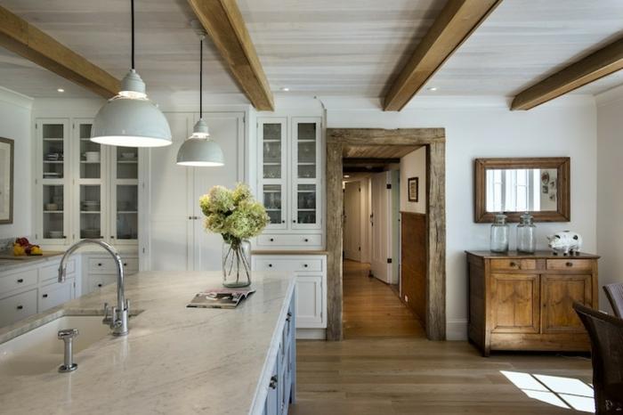 salon cocina de estilo americano de txas con más ornamentación de madera con jarron de vidrio con flores