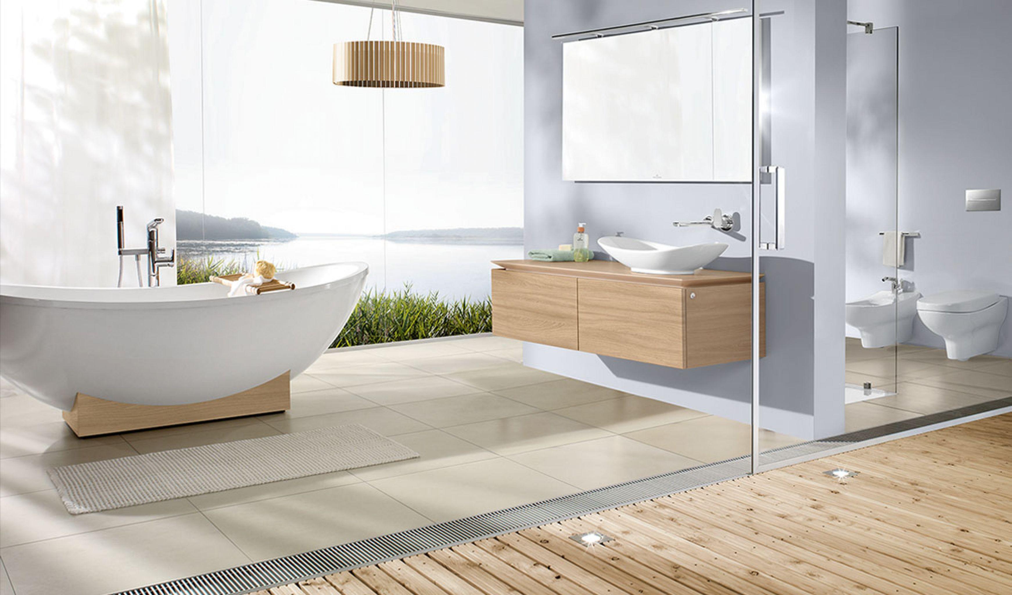 precioso baño decorado en blanco con suelo de parquet y baldosas en beige, bañera exenta de diseño