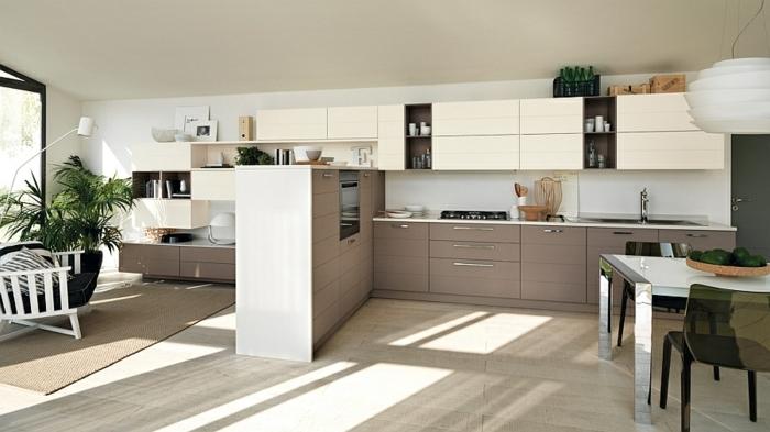 cocina moderna con armarios en color beige y marron con lampara esferica y ventana grande, barras de cocina