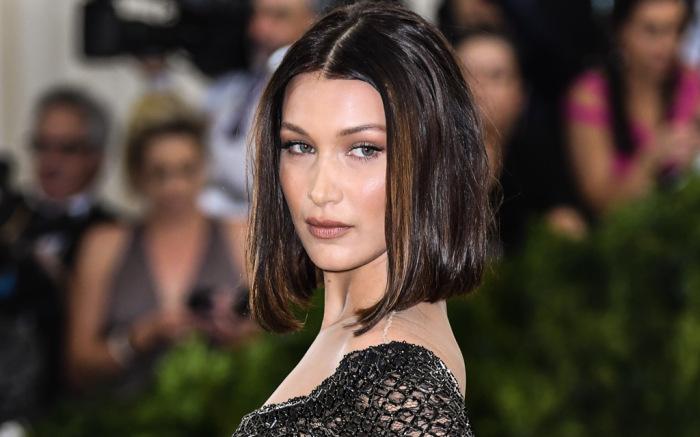 como llevar ti melena midi, Bella Hadid con corte de pelo bob, cabello liso castaño, cortes de pelo mujer modernos