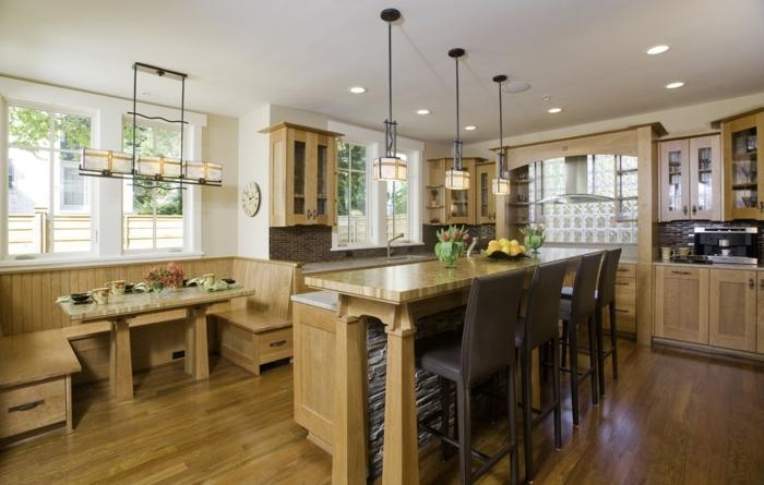 cocina americana del estado de texas de madera masiva con sillas altas en marron oscuro, barra cocina pared