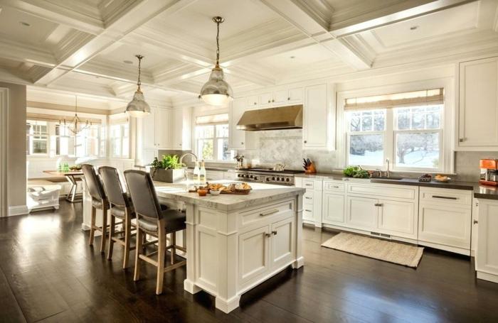 cocina moderna en color blanco y con sillas de cuero altas en la isla, barras de cocina americanas