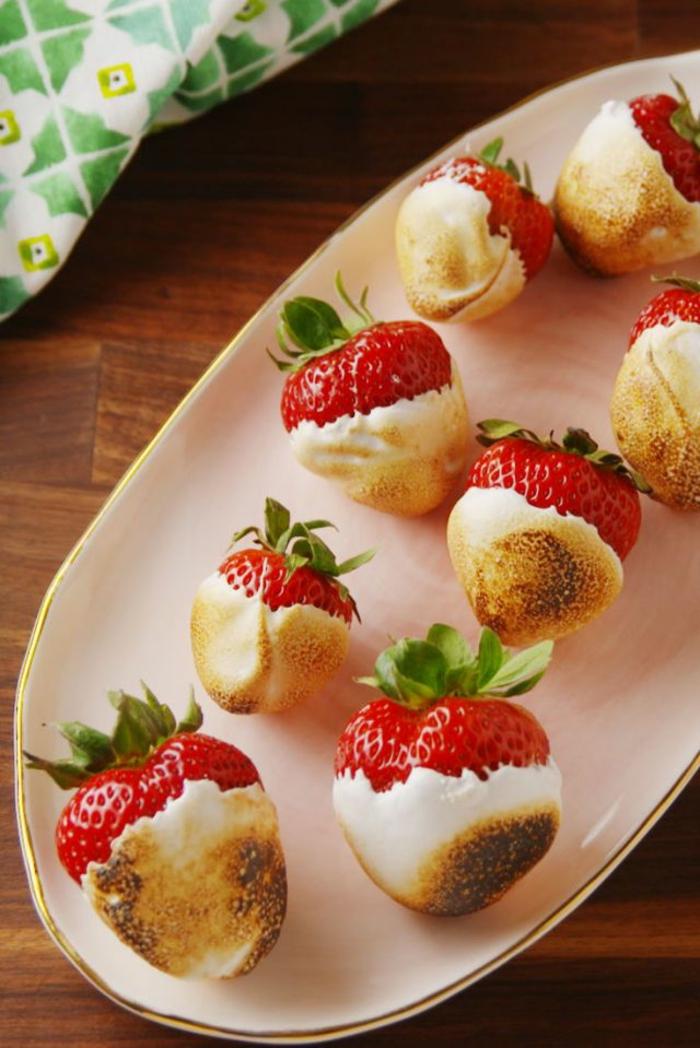 preciosas ideas de postres faciles y rapidos de hacer en casa, fresas con crema, super originales ideas de dulces caseros