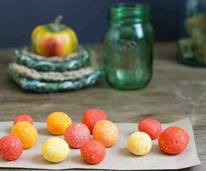 bolas de jabón casero en amarillo, naranja y rojo, cómo hacer jabón casero para regalar o vender