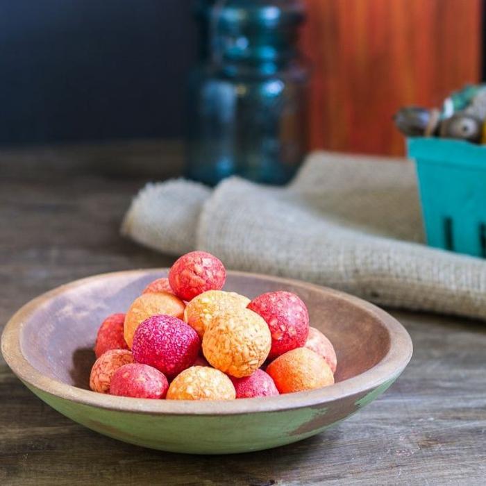 cómo hacer jabón casero original, pequeños jabones en forma oval en rojo, amarillo y naranja