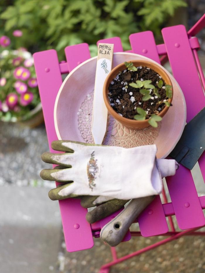 ideas y consejos útiles de decoracion de jardines DIY, silla pintada en color fuscia, ideas para espacios exteriores