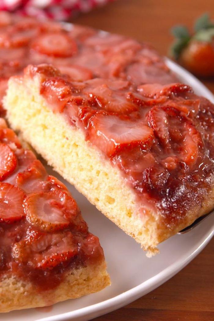 recetas de postres faciles y rapidos con frutas, tarta de bizcocho con fresas, fotos de recetas caseras super fáciles