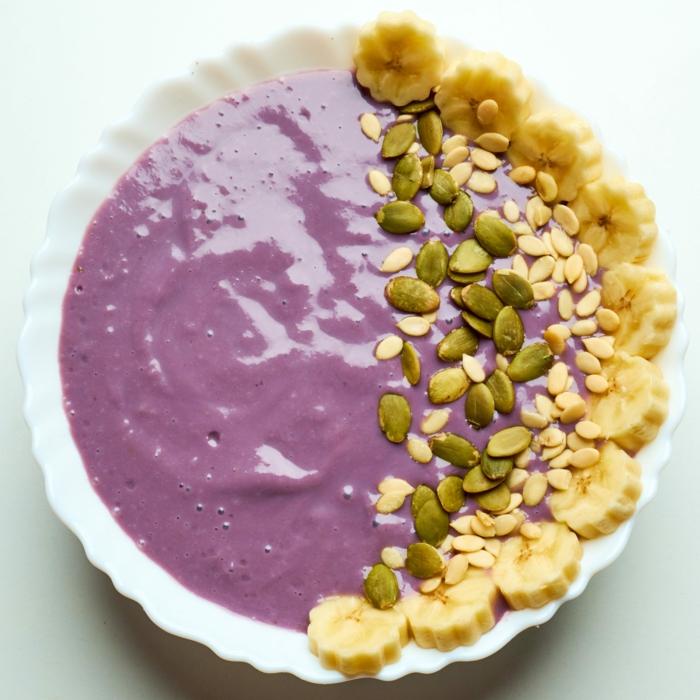 desayunos fitness super fáciles de hacer con muchas vitaminas, yogur con arándanos, platanos y semillas de calabaza
